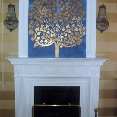Rivestimento in gesso del camino e decorazione su pannello a foglia oro de La Bottega degli Stucchi