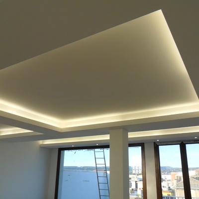 Contro soffitto con illuminazione a neon