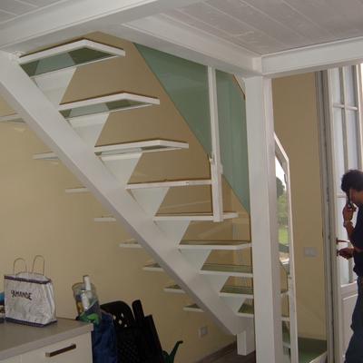 scala in ferro con gradini in vetro