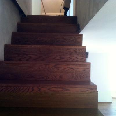 scala in legno di rovere tinta noce
