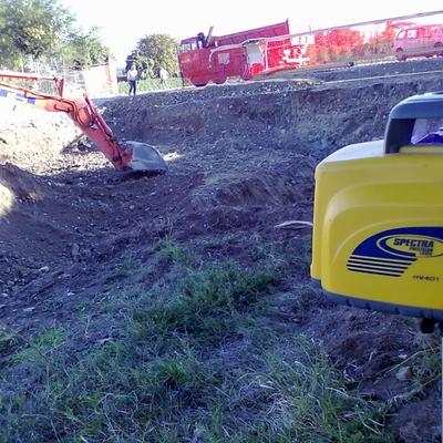 Scavo  con escavatore HITACHI 165q.li con l'ausilio di livello laser