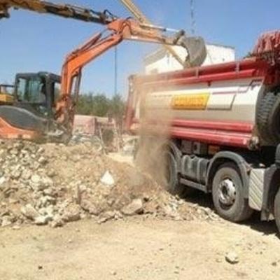 Carico macerie con escavatore