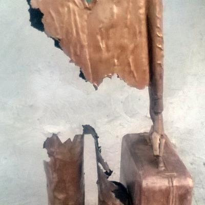 """scultura  """" Uomo con la valigia """"."""