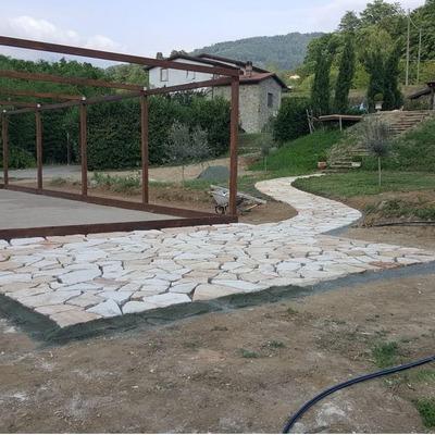 Realizzazione di un pergolato per campo da bocce e posa pietre Trani su terra .