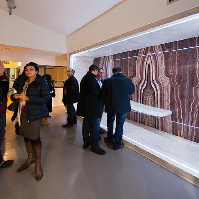 Spazio interno allo showroom dedicato al marmo