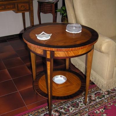 Tavolino intarsiato rotondo in stile