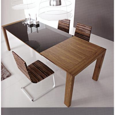 tavolo in legno con il piano in vetro e parte allungabile in legno