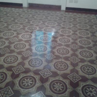 Trattamento pavimento in pastina di cemento.