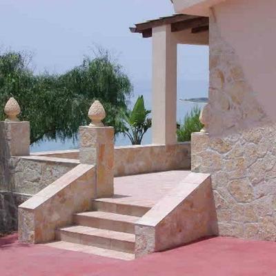 villa con posa di pietra antica di mirto con colori marini