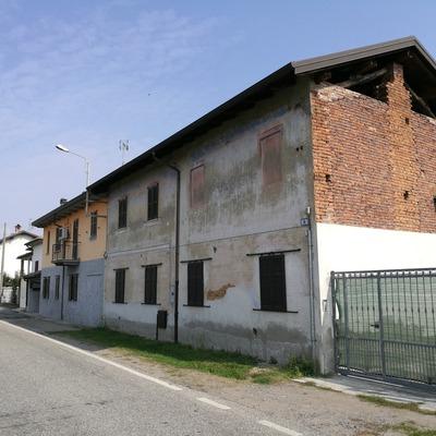 Cantiere a Gravellona Lomellina, da rustico a villetta con nuovo box