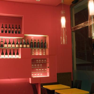 WINE BAR: bottiglie e calici di luce