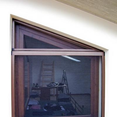 Zanzariera ad apertura verticale, con sopraluce fisso triangolare