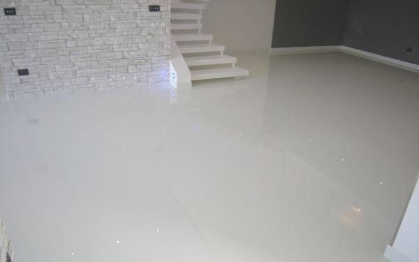 Pavimento In Resina Bianco.Foto Pavimento In Resina Autolivellante Bianco Lucido Di