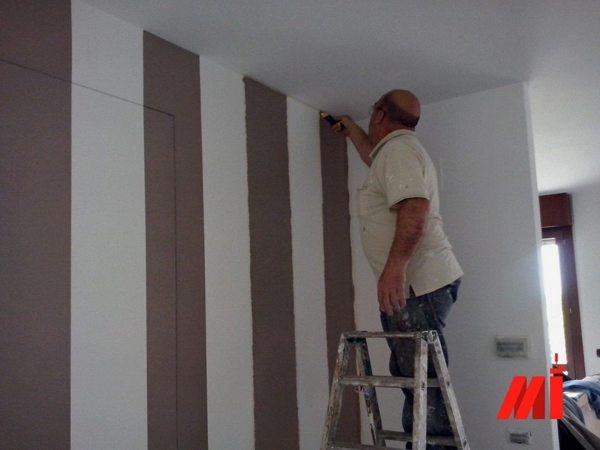 Tinta Parete A Righe : Foto tinteggiatura parete a strisce bianche e grigie di