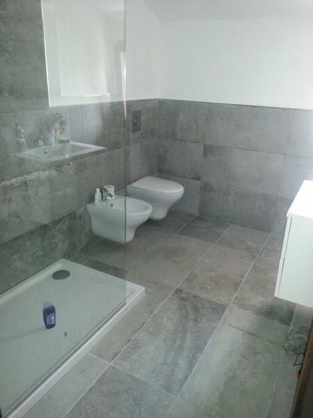 Foto realizzazione bagno con rivestimento a 120 cm di - Altezza rivestimenti bagno ...