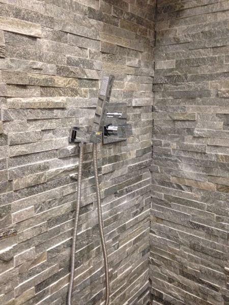 Foto pareti con rivestimento effetto pietra in una doccia for Effetto spugnato pareti foto