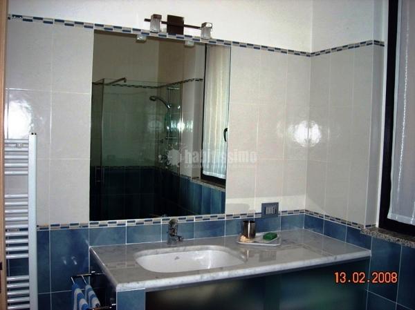 Foto bagno con lavabo sotto piano in marmo di carrara di - Lavabo bagno marmo prezzi ...