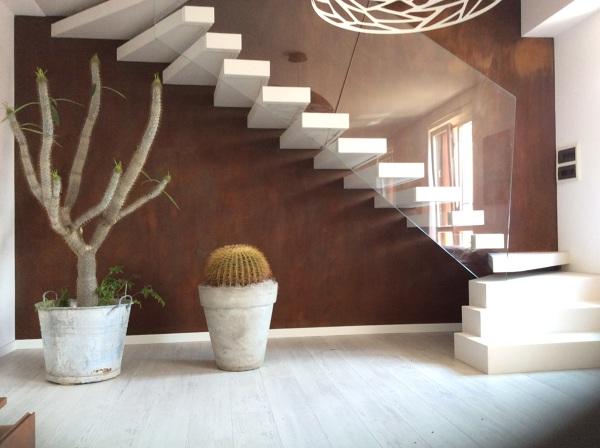 Foto: scala in resina con parete effetto ruggine di effesse