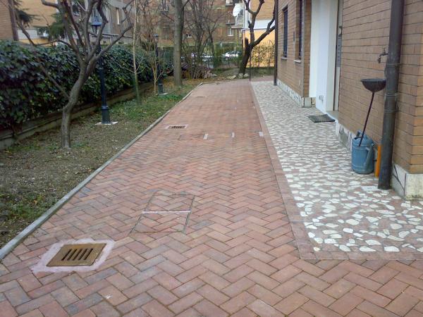 foto autobloccanti pavimento marciapiede in ciotoli di