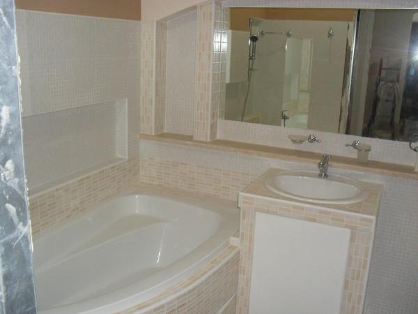 Foto bagno con messa in opera vasca e lavello in muratura di