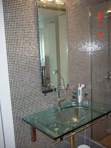 Foto bagno con rivest in mosaico di impresa edile geom - Striscia di mosaico in bagno ...