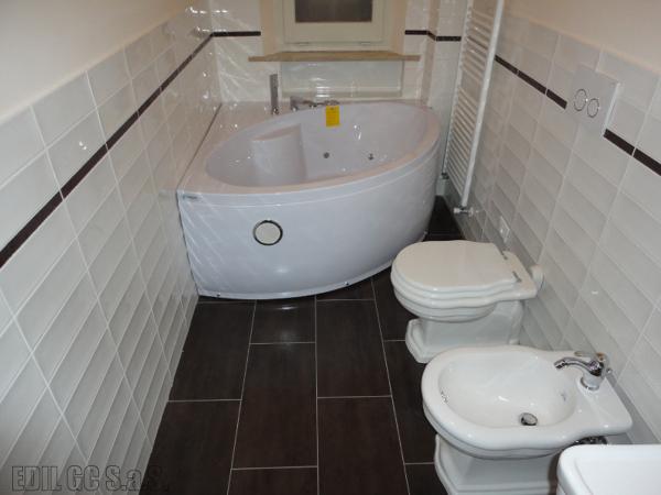 Foto bagno con vasca angolare idromassaggio di - Bagno moderno con vasca ...