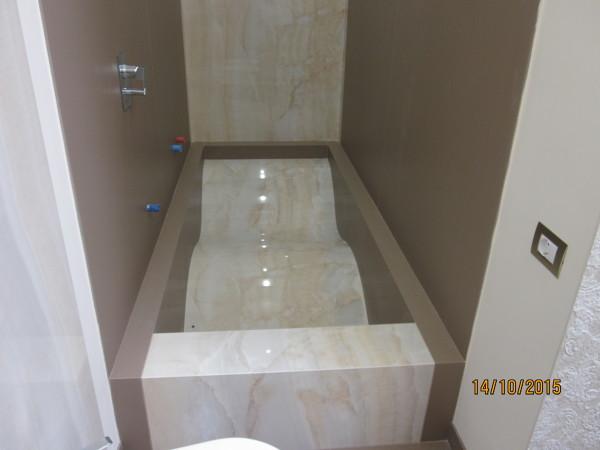 Vasca Da Bagno Marmo : Il bel bagno ha la sua e la sua vanità sormontato da marmo e