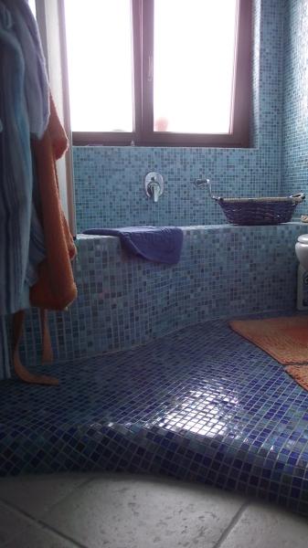 Foto bagno in mosaico con scalino di vignati manini snc - Mosaico azzurro bagno ...
