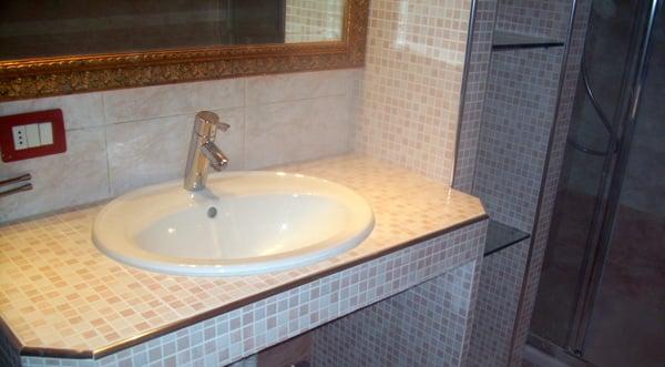 Foto mobile bagno in muratura con mensole di - Bagno muratura moderno ...