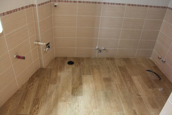 Foto bagno piastrelle finto parquet di ristrutturazioni for Piastrelle x bagno foto