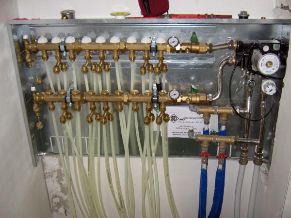 Foto centralina riscaldamento a pavimento di carini for Centralina per impianto di irrigazione a batteria