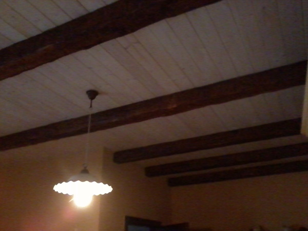 foto controsoffitto in legno e finte travi di tonio murro