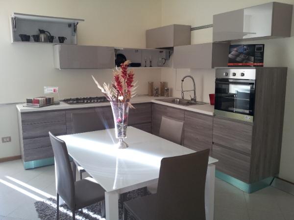 Foto cucina angolare con magniglia gola grigia e pensili a cubotti tortora tavolo in vetro e - Tavolo per cucina piccola ...