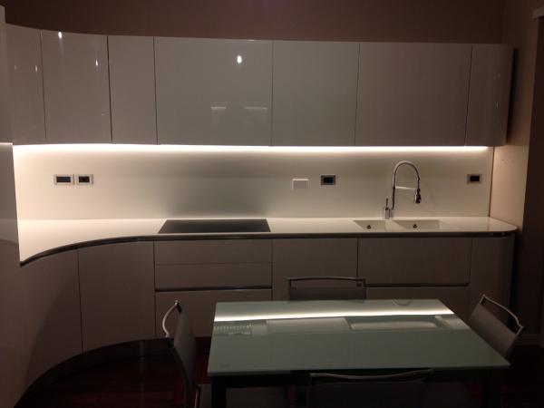Cucina Moderna Laccata Bianca.Foto Cucina Bianca Laccata Lucida Di Arredamenti Carretta