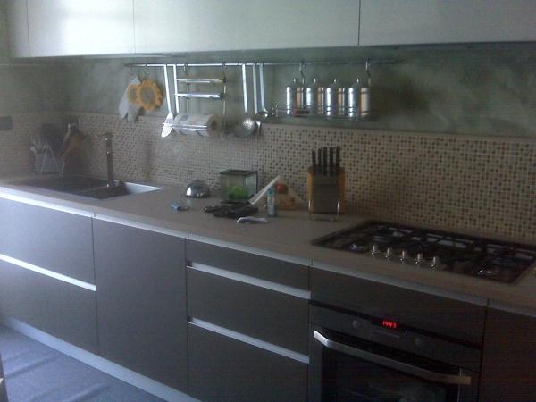 Foto cucina in laminato top in agglomerato di quarzo di for Designer di piani di pavimenti online