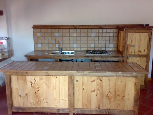 Foto cucina in legno e muratura di cozzi stefano artigiano edile piastrellista 74512 habitissimo - Cucine in muratura prefabbricate prezzi ...