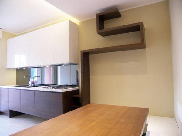Foto: Cucina Moderna Abbinamento a Mensole Autoportanti di L ...