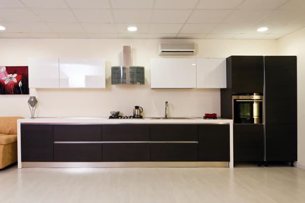 Foto cucina rovere grigio con pensili laccato lucido bianco con colonna forno e colonna frigo - Cucina laccato bianco ...