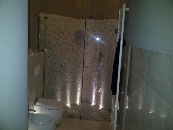 Foto doccia con fissetto su muretto di serramenti vetri - Bagno con muretto ...