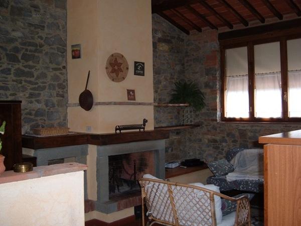 Foto: Soggiorno con Camino, Pareti In Pietra di Steven\'s ...