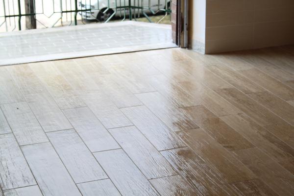 Foto finto parquet piastrelle de ristrutturazioni mario 218549 habitissimo - Piastrelle tipo legno ...