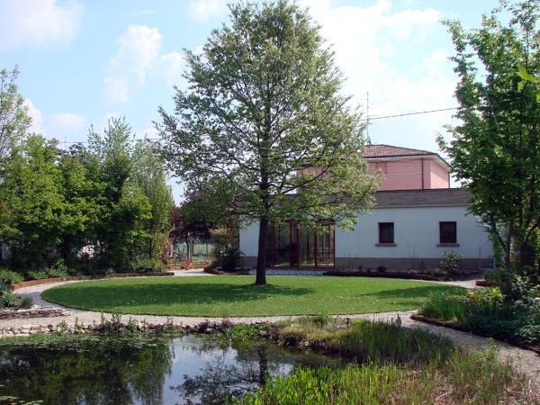 Foto giardino naturale con stagno biodepurato adatto ai for Pesci da stagno