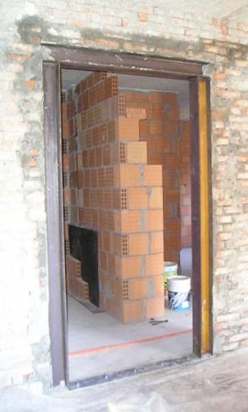 Foto cerchiatura metallica per l 39 apertura di una porta in - Aprire una porta in un muro non portante ...