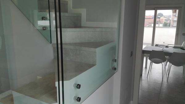 Foto: scala con porzioni di parapetto in cristallo trasparente