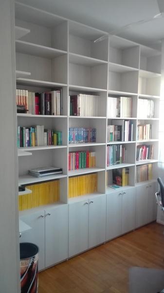 Foto: Libreria Ad Angolo con Parte Inferiore Chiusa con Ante ...