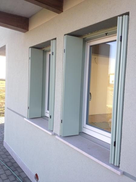 Foto finestre con davanzale in alluminio con taglio - Davanzali per finestre ...