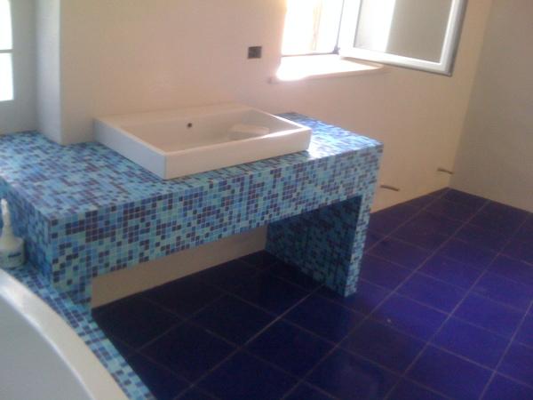 Foto bagno a mosaico con sfumature di blu e azzurro scelte