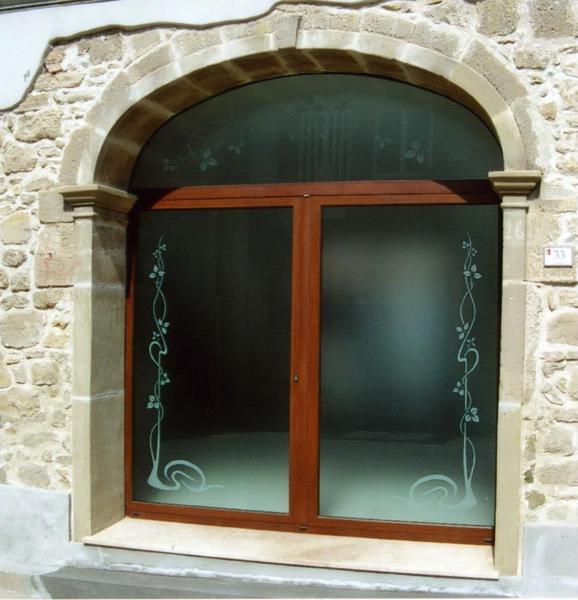Foto infissi in alluminio e vetri decorati sabbiati di - Vetri antiriflesso per finestre ...