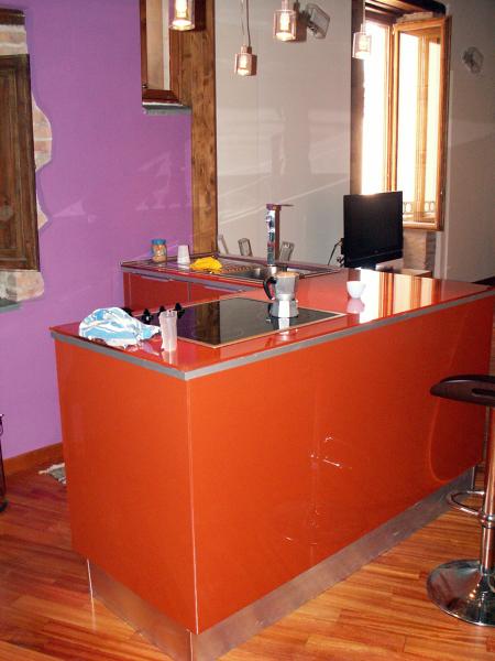 Foto: La Cucina Caesar In Vetro Temperato Arancione è Dotata di un ...