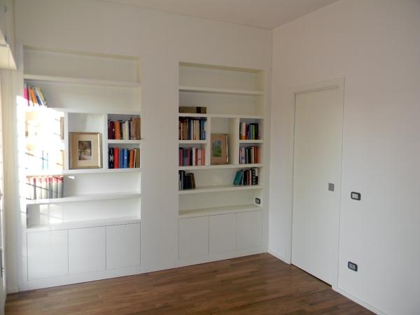 Foto libreria laccata con porta scorrevole di legnomat - Porta parete cartongesso ...